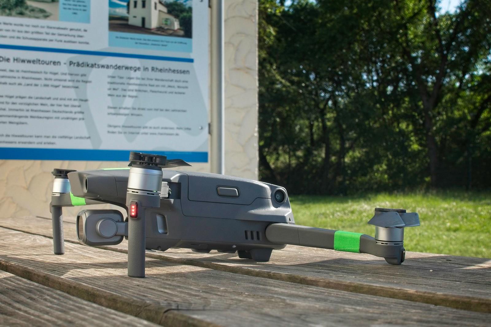 Drohne für Filmdreh auf Hiwweltour Stadecker Warte in Rheinhessen
