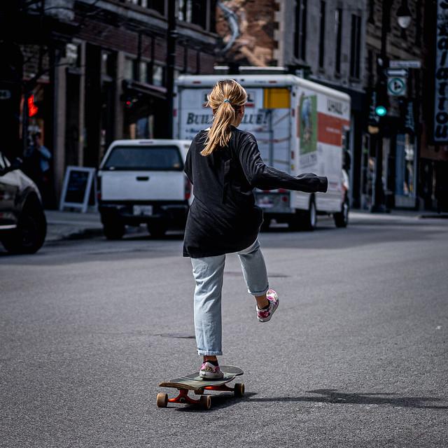 fille en skateboard