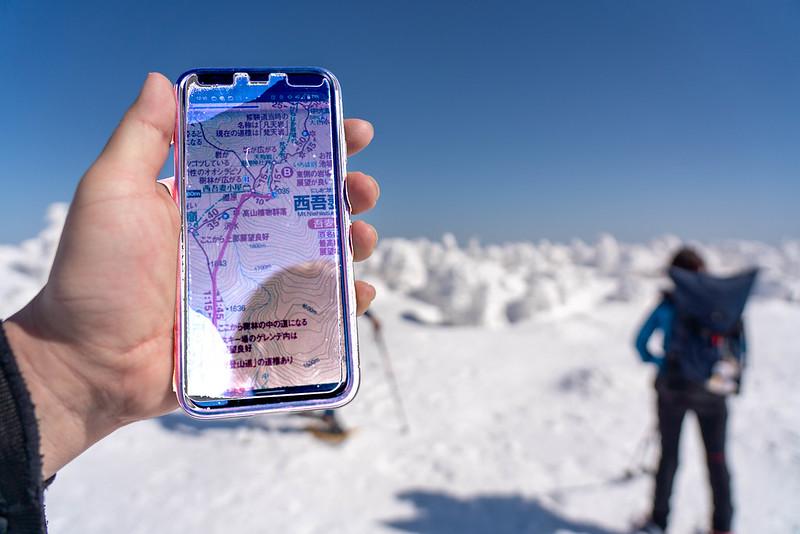 GPSで西吾妻山の山頂を確認