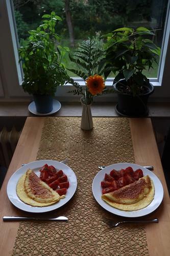 Käseomeletts mit Tomatenspalten (Tischbild)