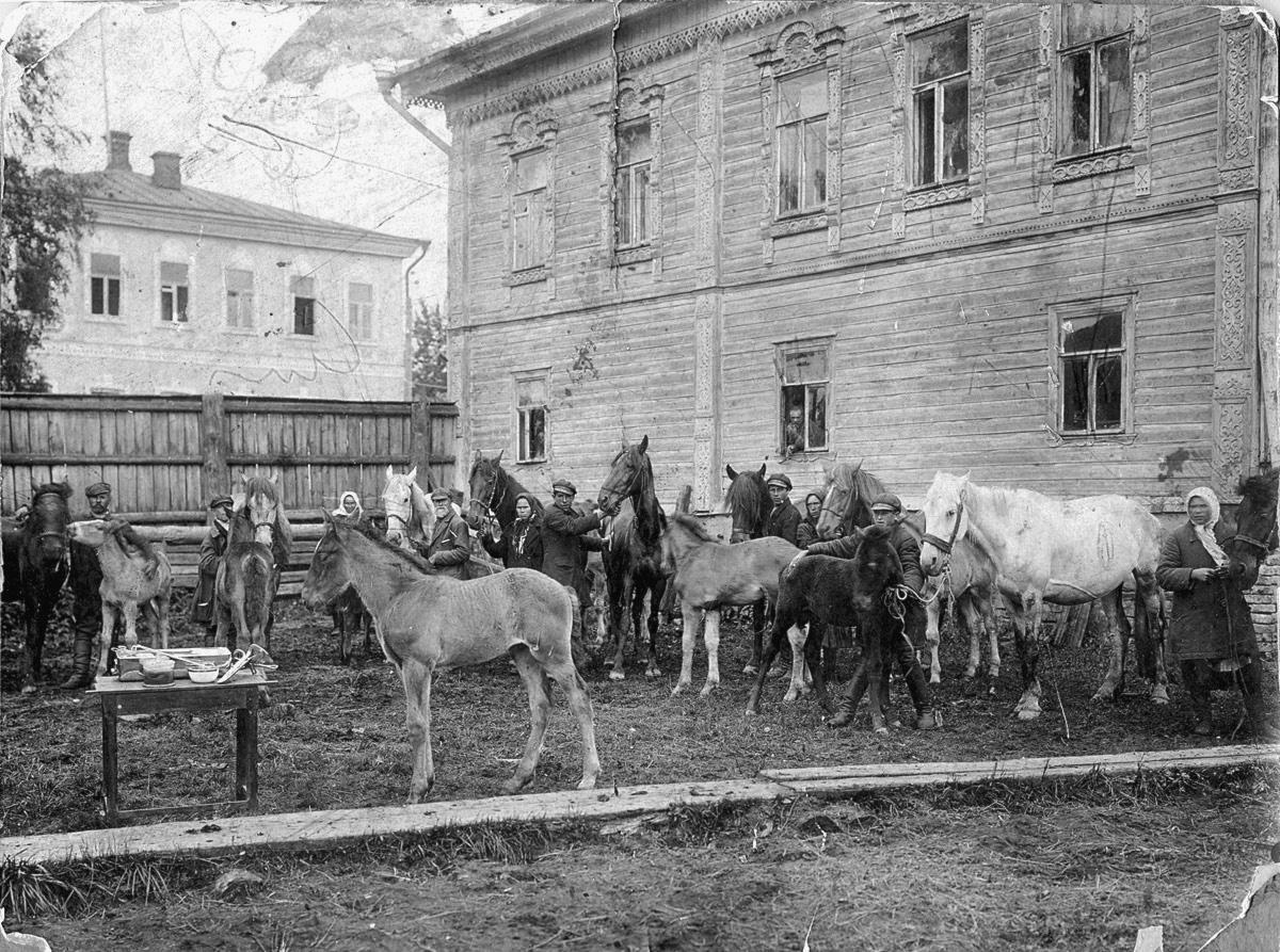 Во дворе дома 10 по Ярославской улице (Дом Кульковых)