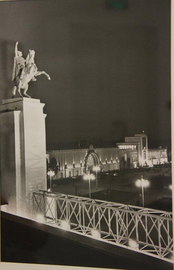 1940. Всесоюзная сельскохозяйственная выставка (ВСХВ). Павильон Поволжья с памятником Чапаеву