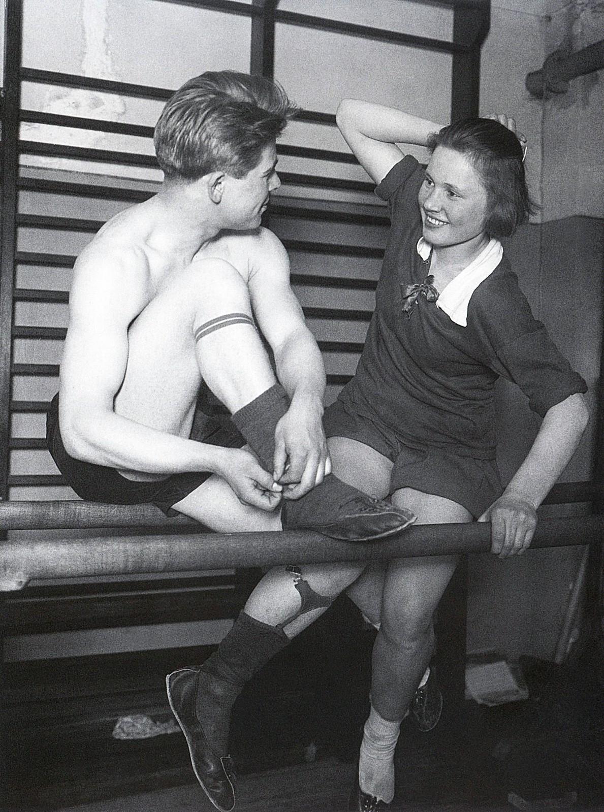 1928. Физкультурник и физкультурница