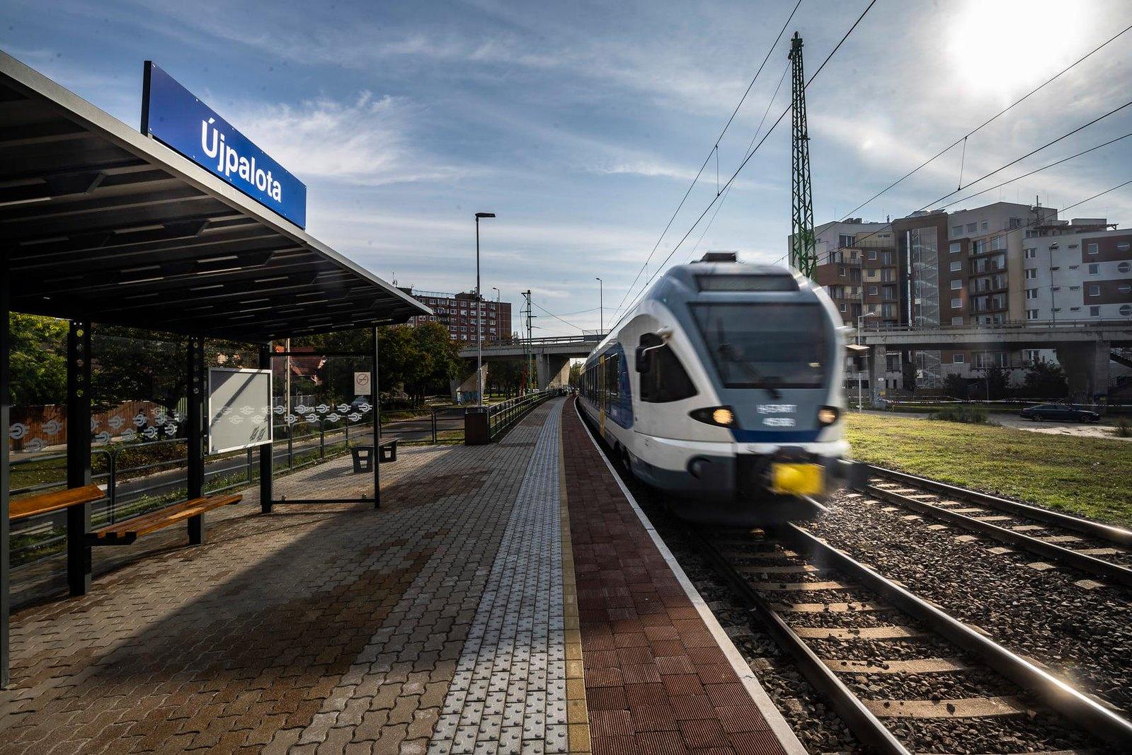 """Nem járnak ezentúl Flirt motorvonatok Szegedre, de jöttek """"új"""" buszok"""
