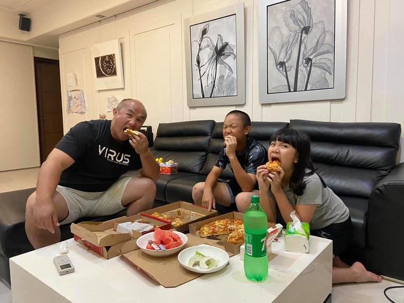 味全龍打擊教練張泰山宅在家與兒子可洛、 女兒可妮一起享用披薩。(張泰山提供)