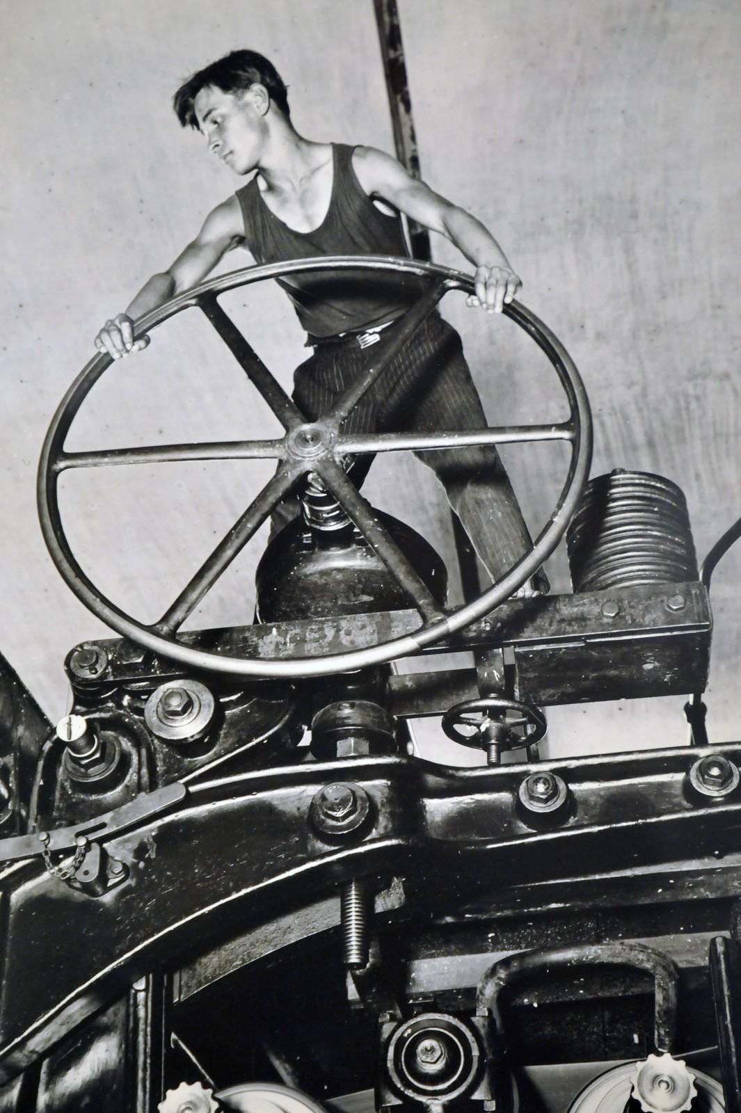 1929. Балахна. Комсомолец за штурвалом бумагоделательной машины