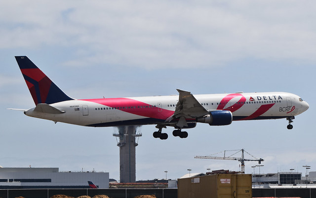 Delta Airlines Breast Cancer Research Foundation Livery (BCRF Livery) 767-432(ER) (N845MH) LAX Approach 4