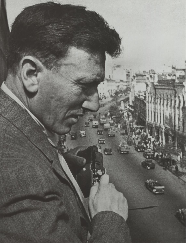 1939. Аркадий Шайхет снимает на улице Горького