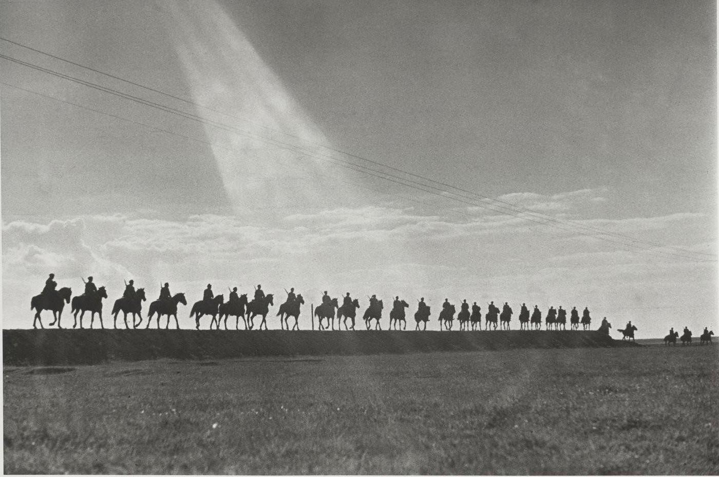 1935. Съемка для книги «Первая конная». Цепочка кавалеристов в походе