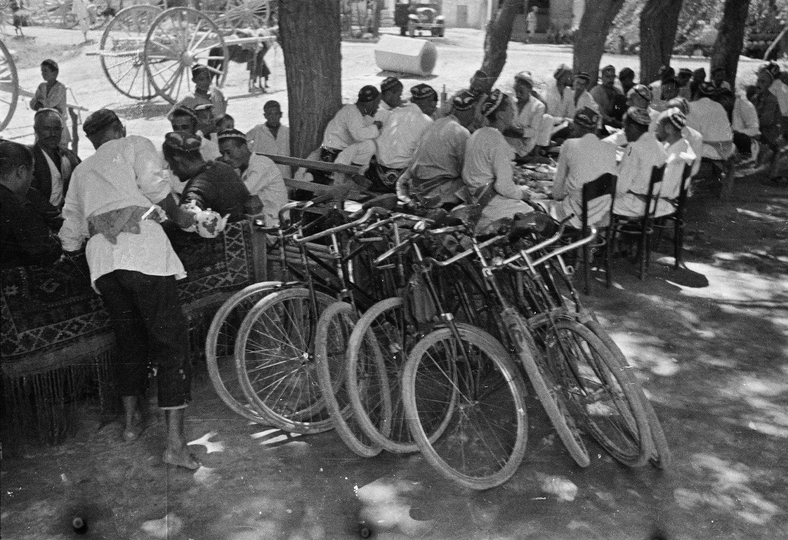 1935. Велосипеды у чайханы