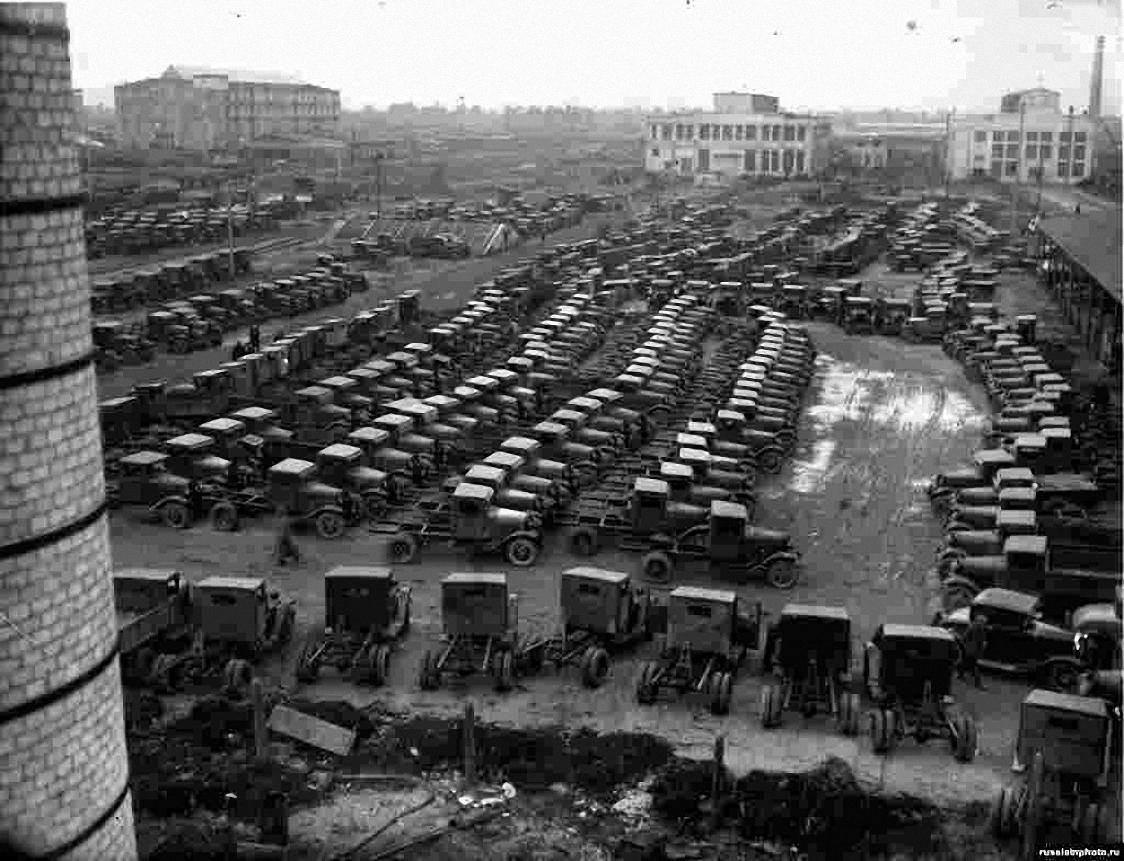1932. ГАЗ. Автомашины во дворе завода