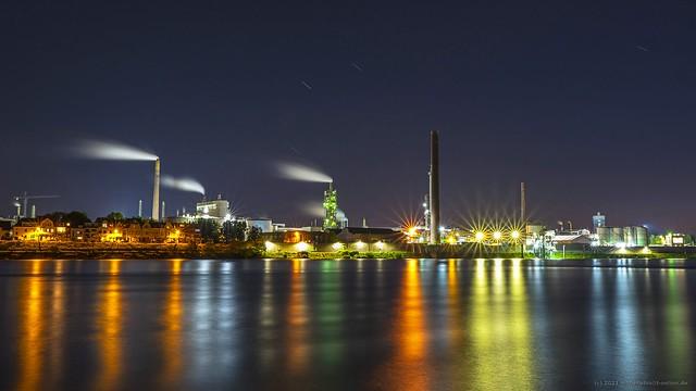 Blaue Stunde am Rhein in Duisburg-Neuenkamp