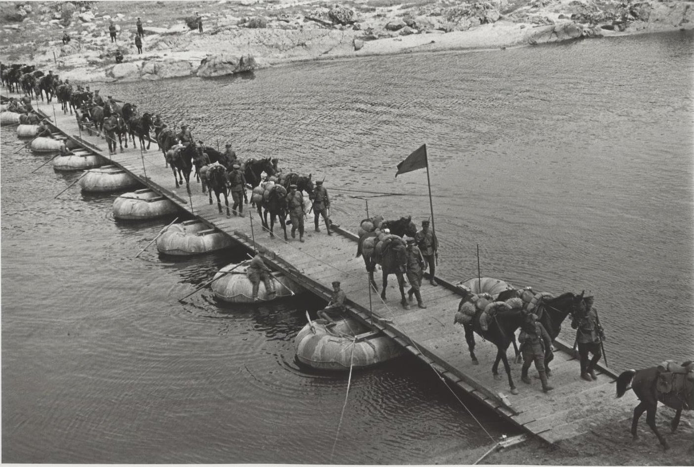 1935. Съемка для книги «Первая конная». Конники пересекают реку по понтонному мосту