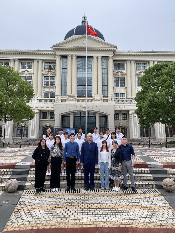 上海外國語大學圖書館前地合照