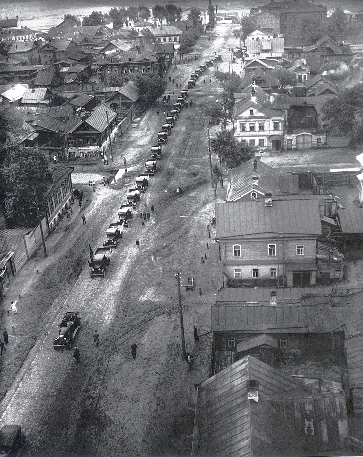 1932. Первые машины Горьковского завода едут в Москву