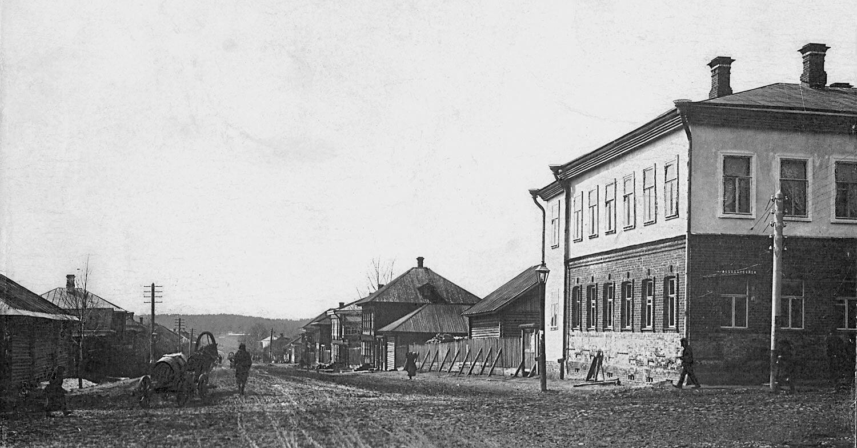 Любимская улица. Справа - дом купца Масаинова Алексея Никифоровича