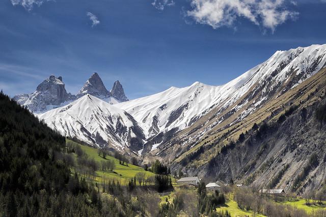 Aiguilles d'Arves et l'église de Montrond au premier plan (Maurienne, Savoie)