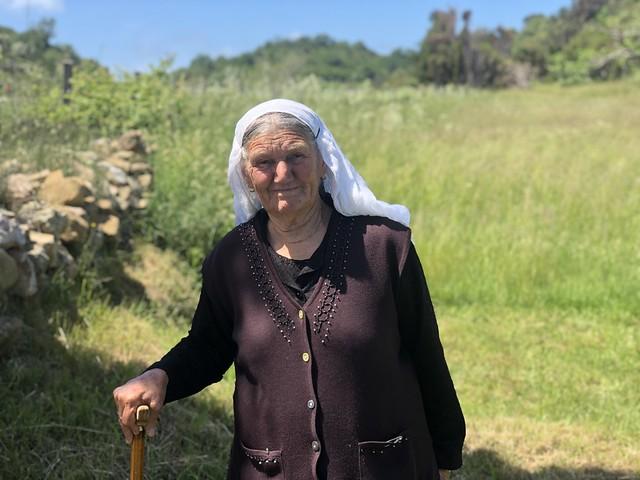 Mujer albanesa fotografiada junto a la iglesia de San Antonio en el Cabo Rodón