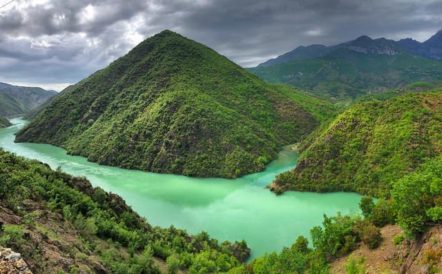 Agua embalsada del río Drin conforma el Lago Koman, conocido como