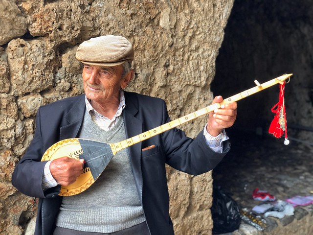 Músico albanés en Kruje (Albania)