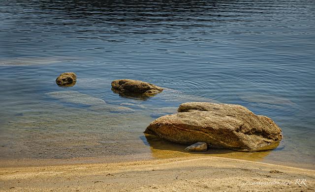 Agua, rocas y arena