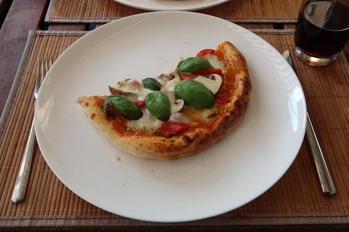 Pizza mit Paprika, Champignons und Basilikum (meine Hälfte)