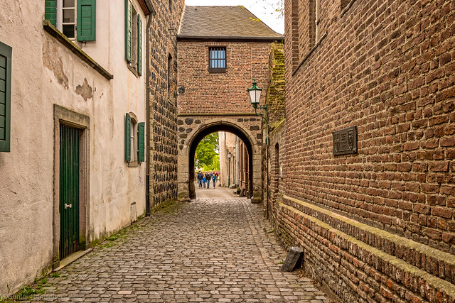 In the Alleys of Zons