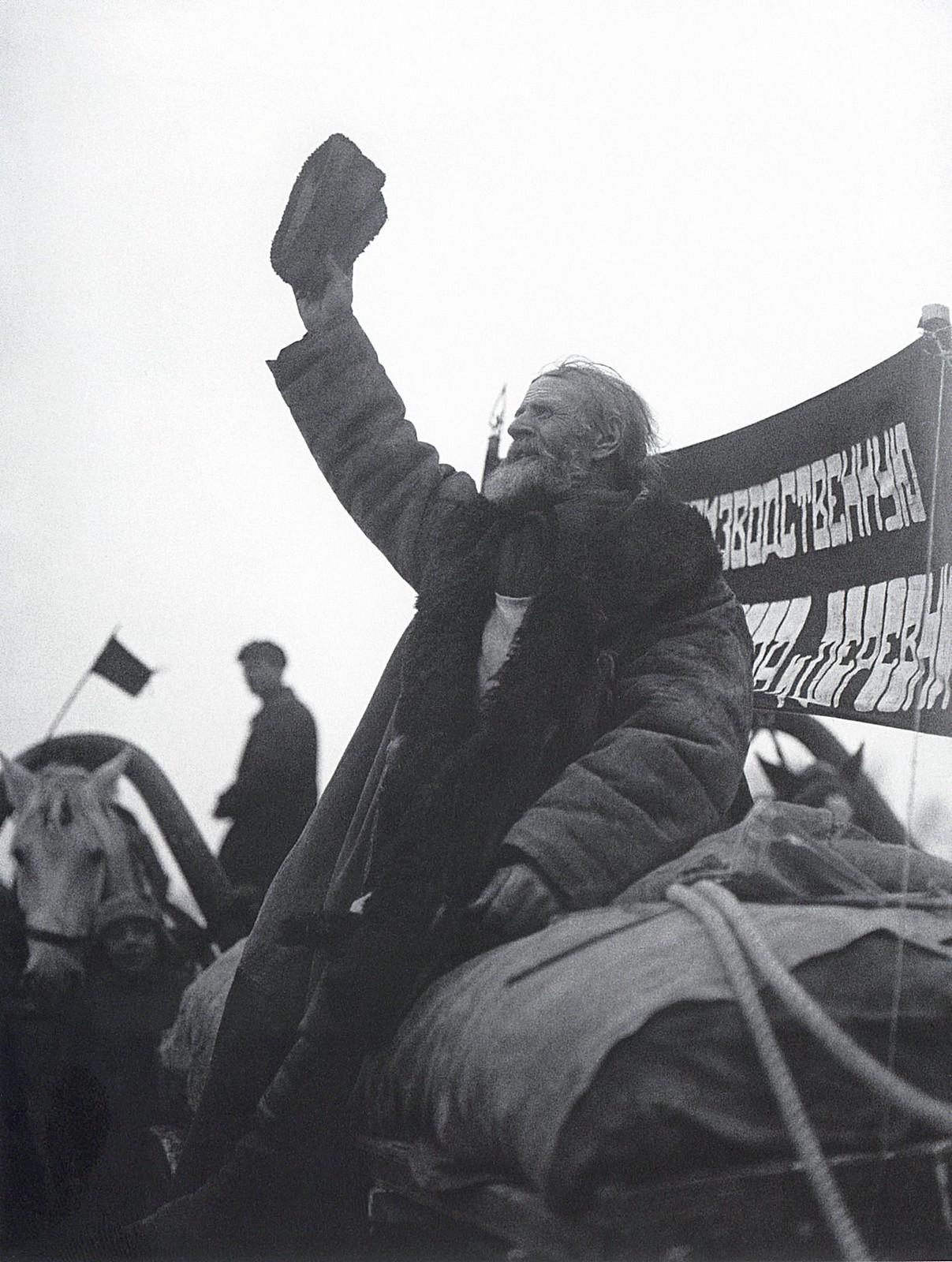 1930. Красный обоз. Крестьяне сдают хлеб государству