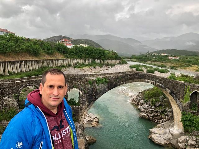 Sele en el puente de Mes (Albania)
