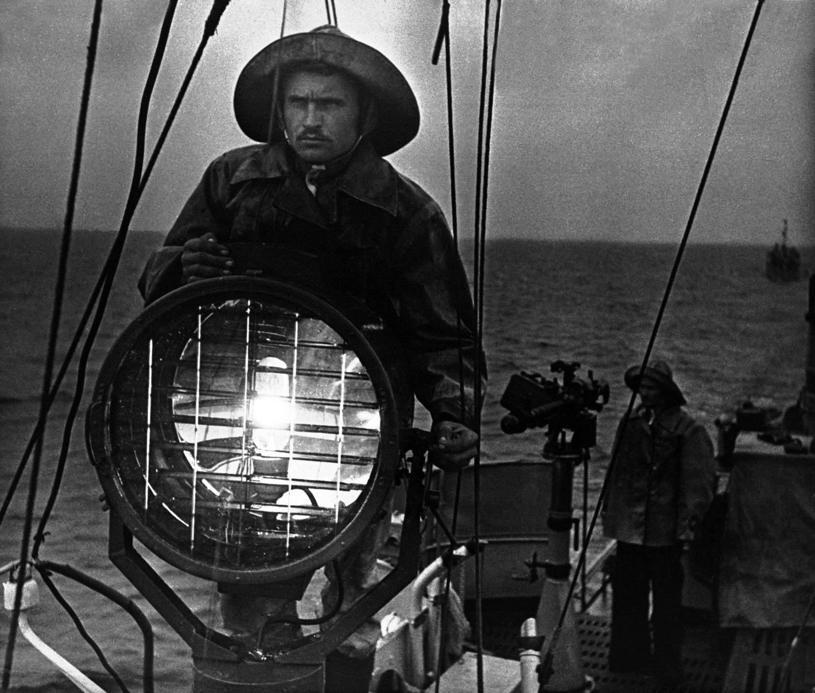 1936. Сигнал. Рыбаки на вахте. Каспий