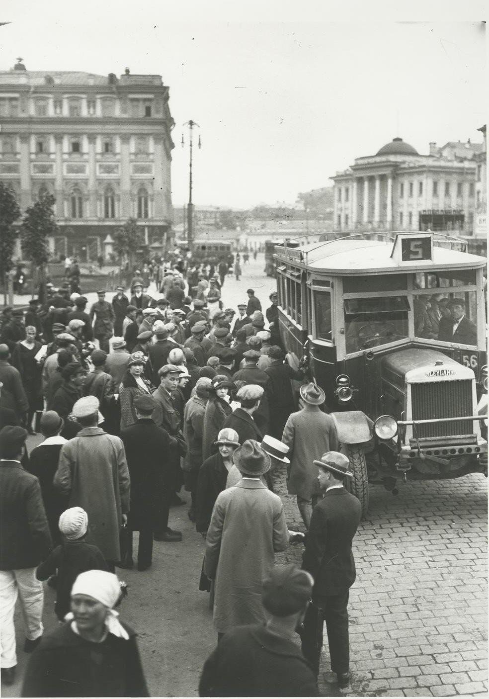 1927. Автобусная остановка в Охотном ряду