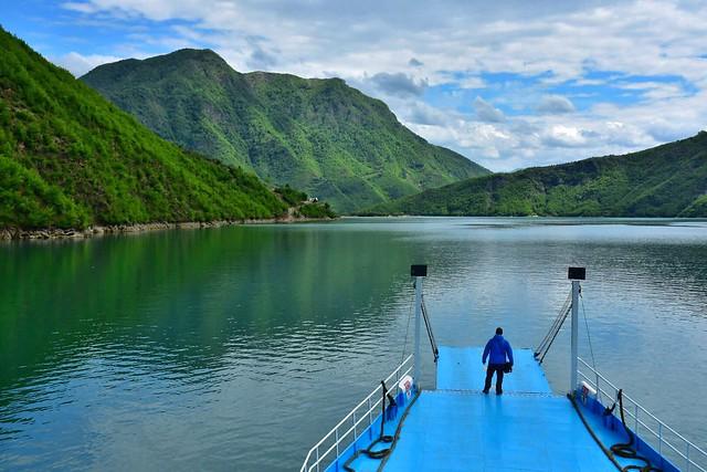 Lago Koman en Albania