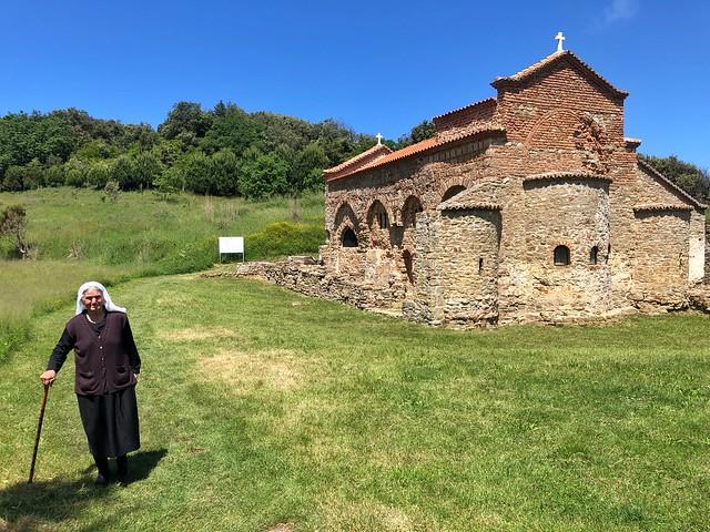 Mujer albanesa en la iglesia de San Antonio (Cabo Rodón, Albania)