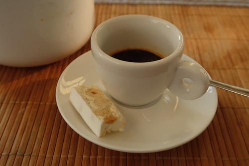 Torrone Tenero alla Nocciola (= Soft-Nougat mit Haselnüssen) von Sperlari zum Espresso