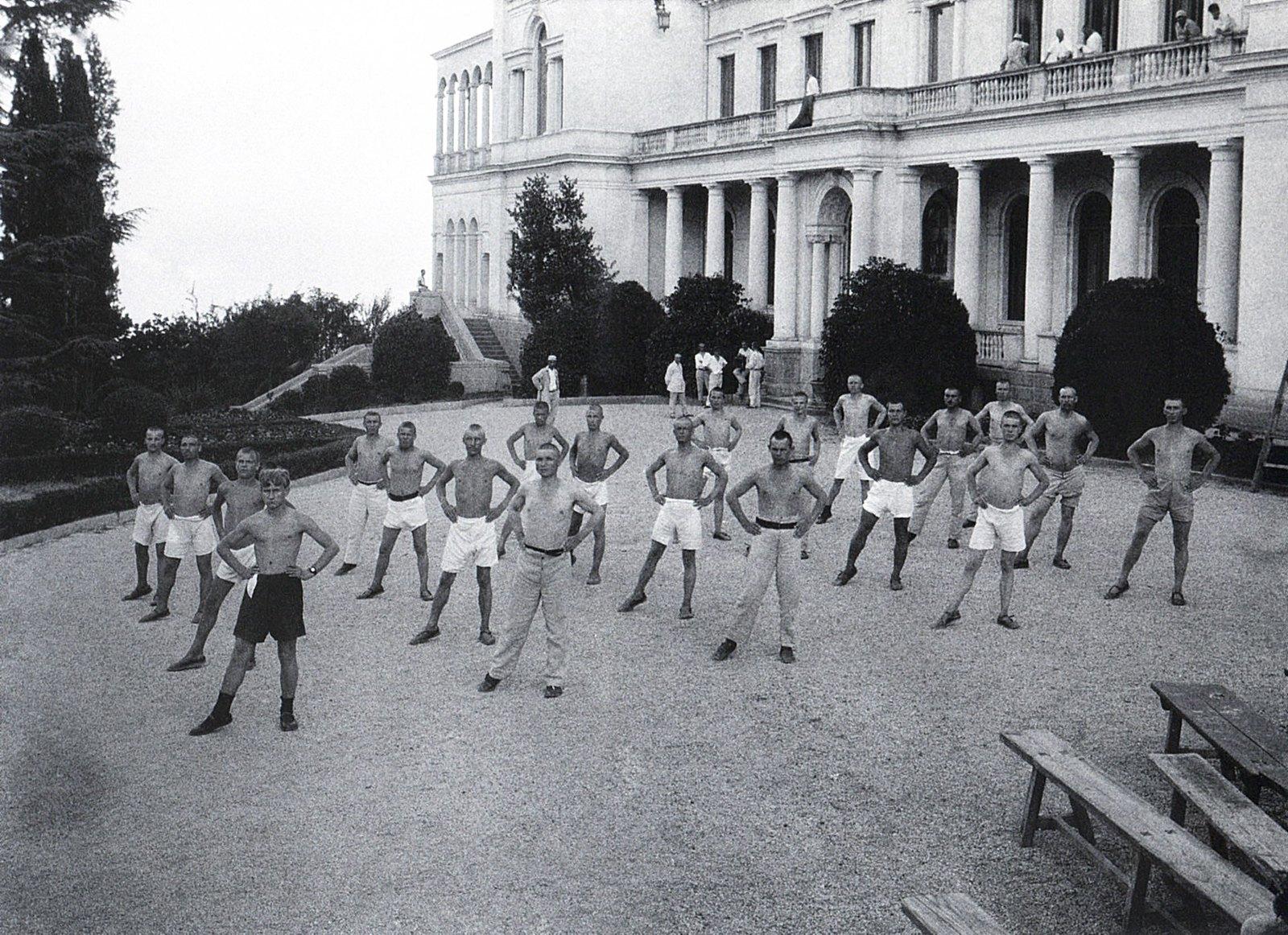 1925. Открытие крестьянского курорта Ливадия. Упражнение перед дворцом