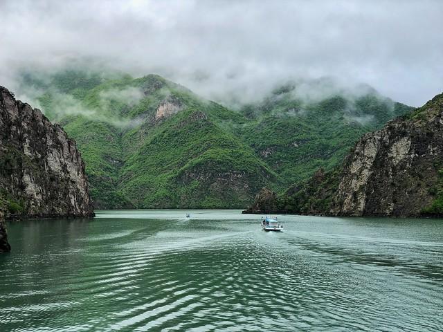 Lago Koman (Albania)