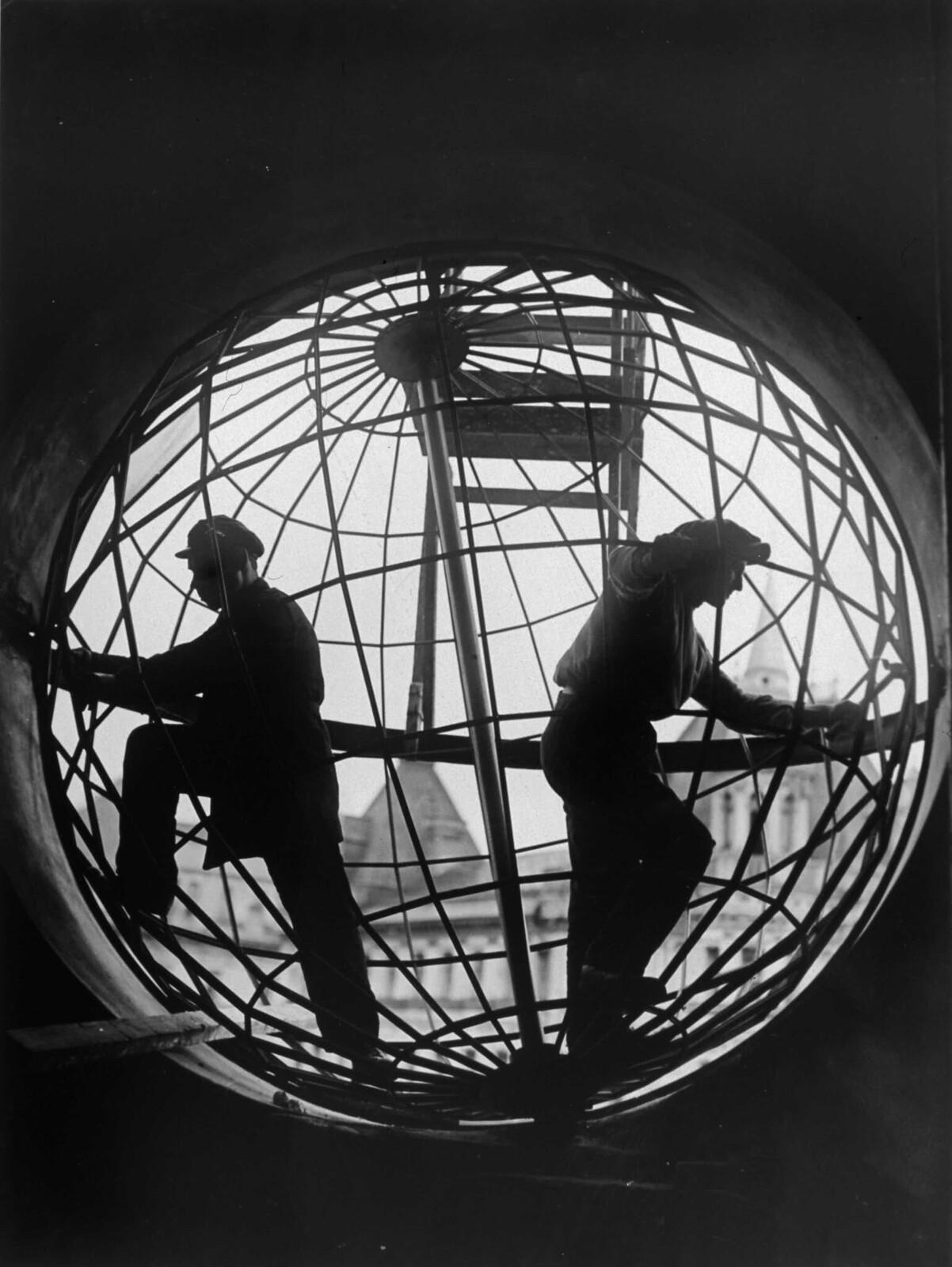 1928. Монтаж конструкции глобуса на Центральном телеграфе