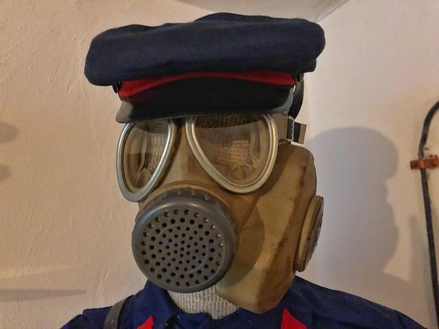 Máscara antigás del periodo comunista en Albania
