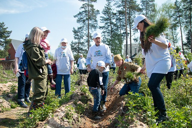 Russia-2021-05-15-Russians Celebrate Families by Planting Pines