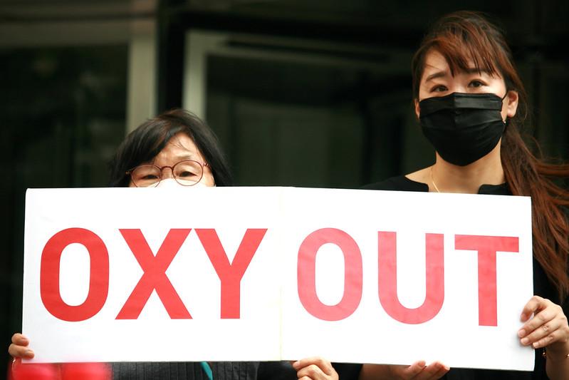 """가습기살균제 피해자들이 2021년 6월 10일 오후 12시, 옥시(현 Reckitt, 레킷) 한국 본사가 있는 서울 여의도 Two IFC 앞에서 """"옥시 불매운동 계속한다""""고 외쳤습니다. 피해자들은 배상 책임을 다하지 않고 있는 레킷을 규탄하고, 락스만 나라심한(Laxman Narasimhan) 영국 본사 대표에게 참사 10주기인 오는 8월 31일까지 정부가 인정한 모든 피해자들에 대한 배상 계획을 내놓으라고 촉구했습니다. 사진=가습기살균제참사전국네트워크"""