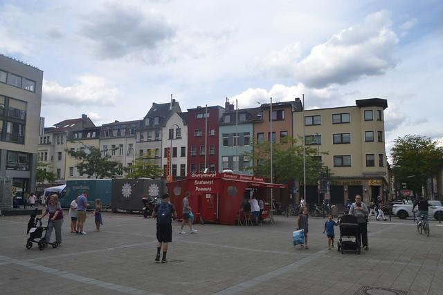 Blick auf bunte Häuser an der Venloer Straße gegenüber Barthonia-Forum (140FJAKA_6107)