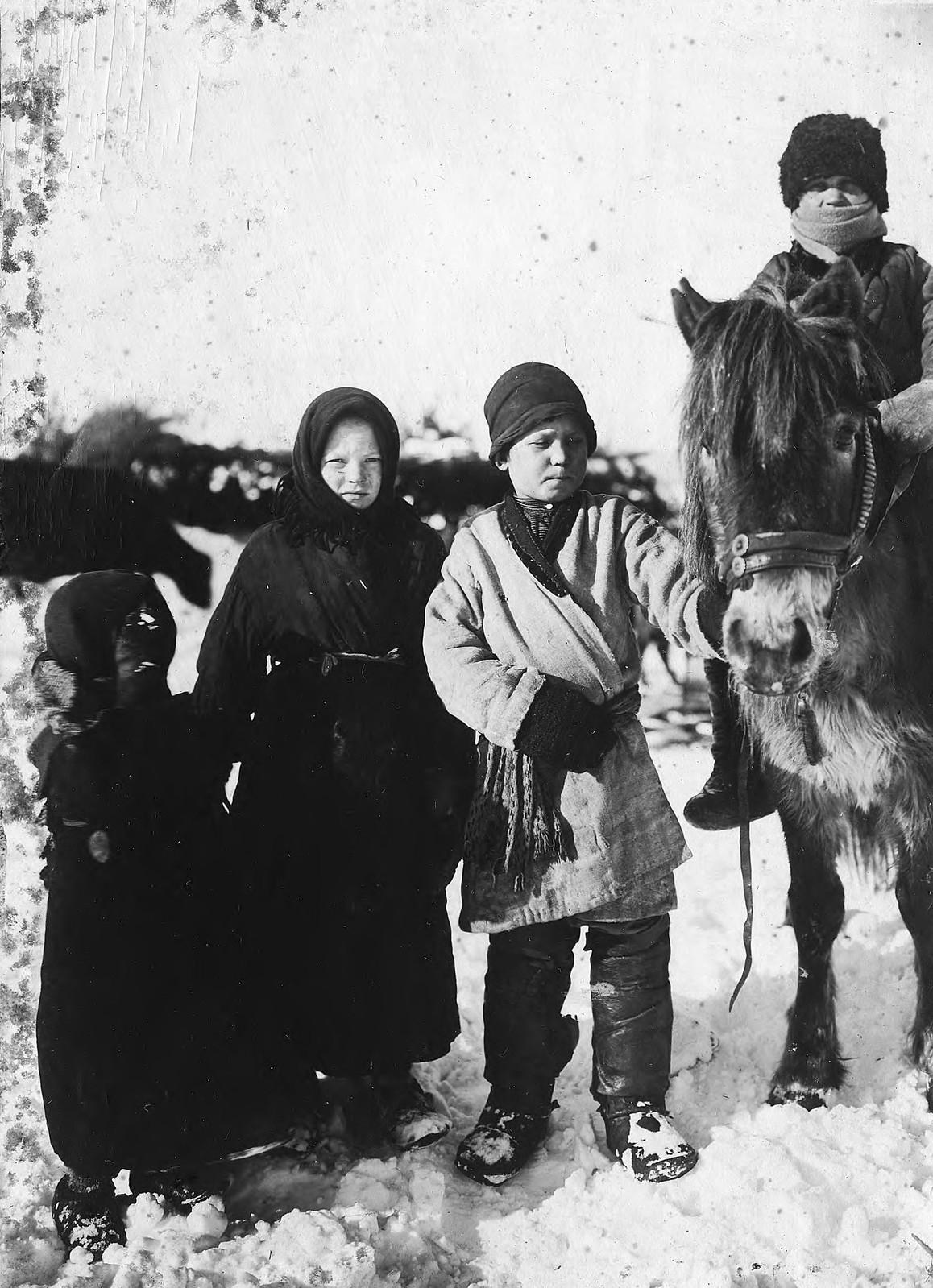 Подростки села Богучанского Енисейской губернии