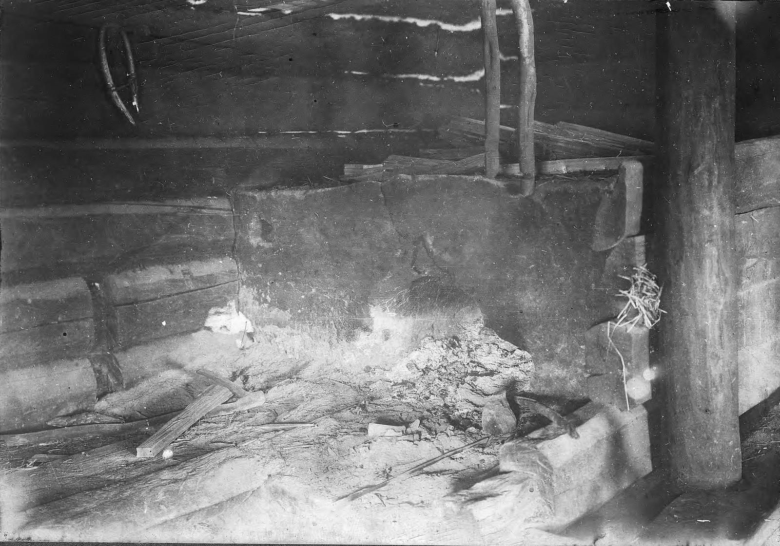 Печь - очаг в зимовье в Приангарье.