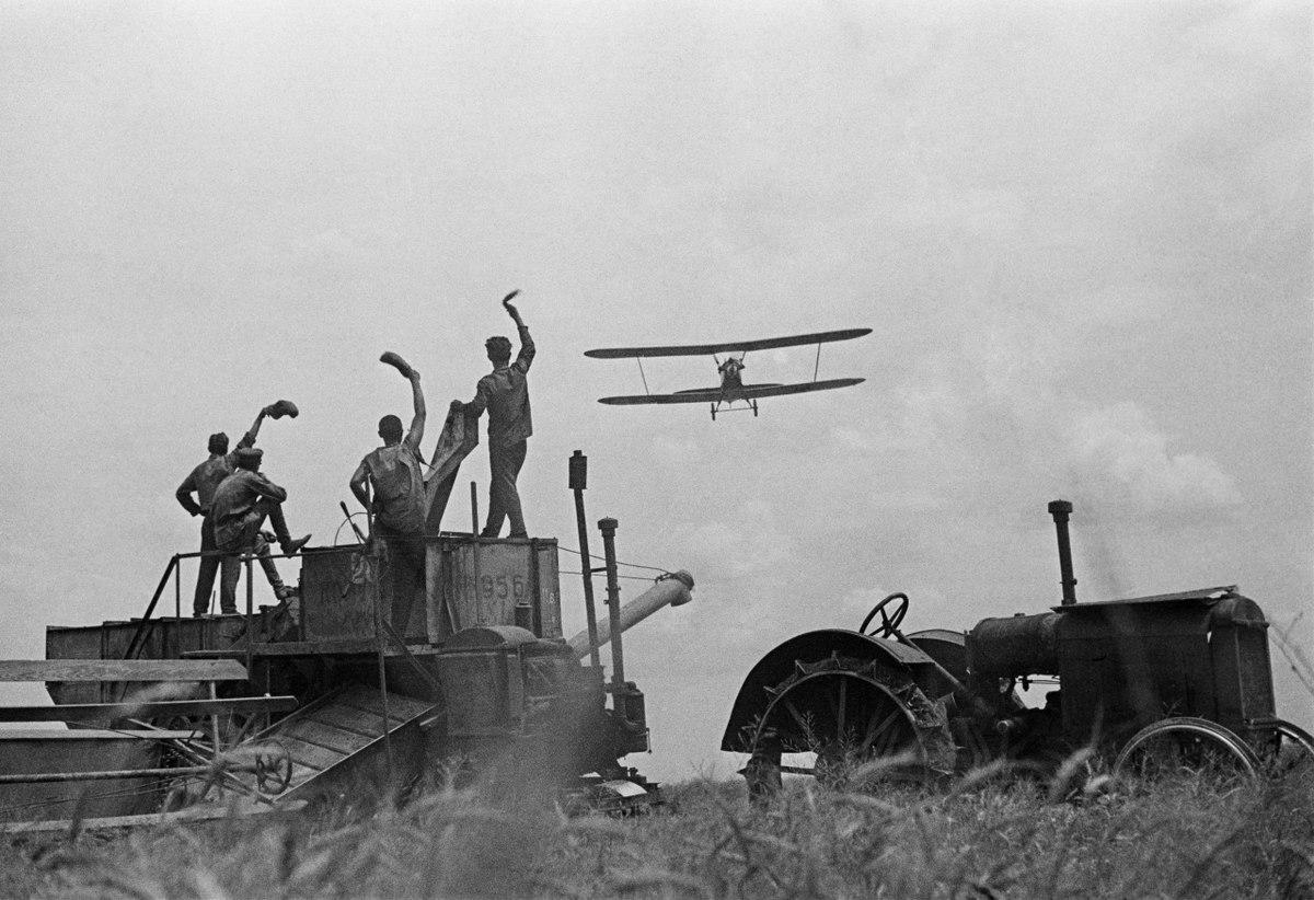 1936. Трактор и самолет