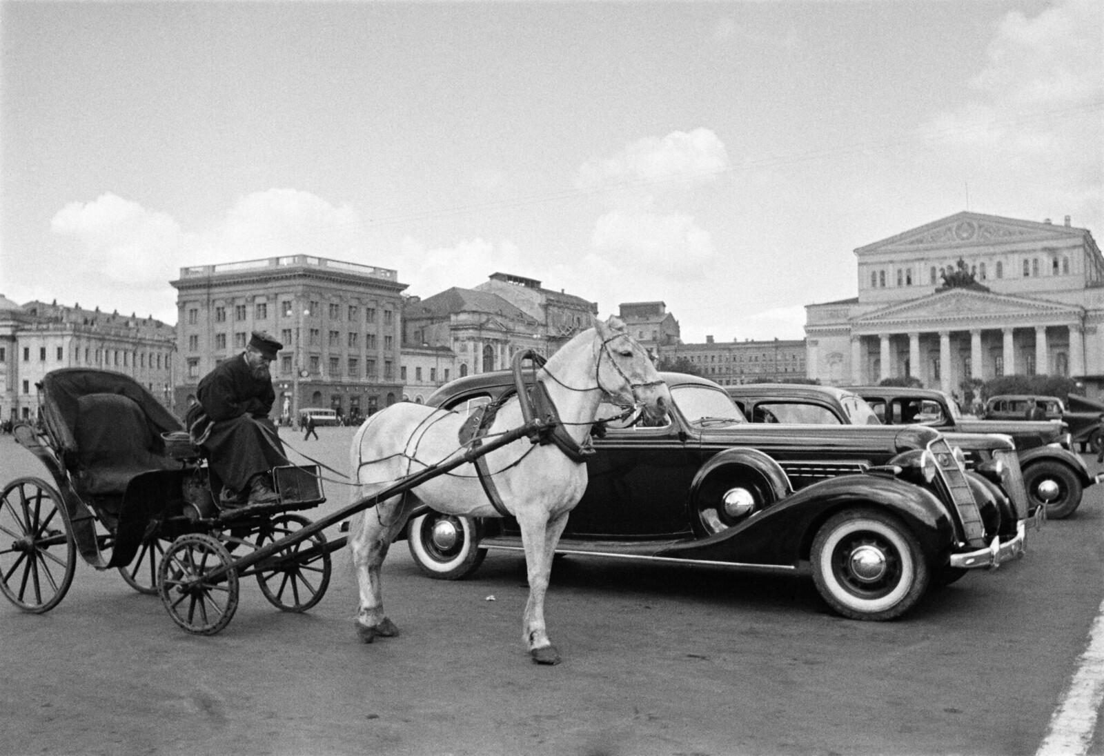 1935. Извозчик и автомобиль. Стоянка такси у Большого театра.