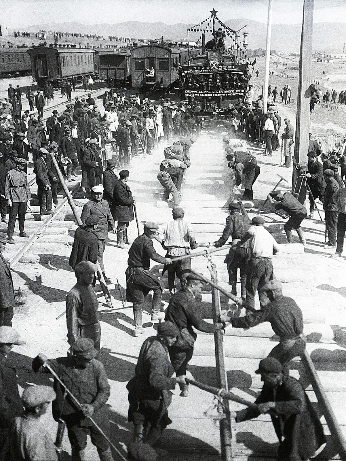 1930. Смычка ТуркСиба. Серебряный костыль