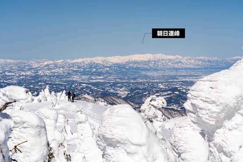 西大巓から見える朝日連峰