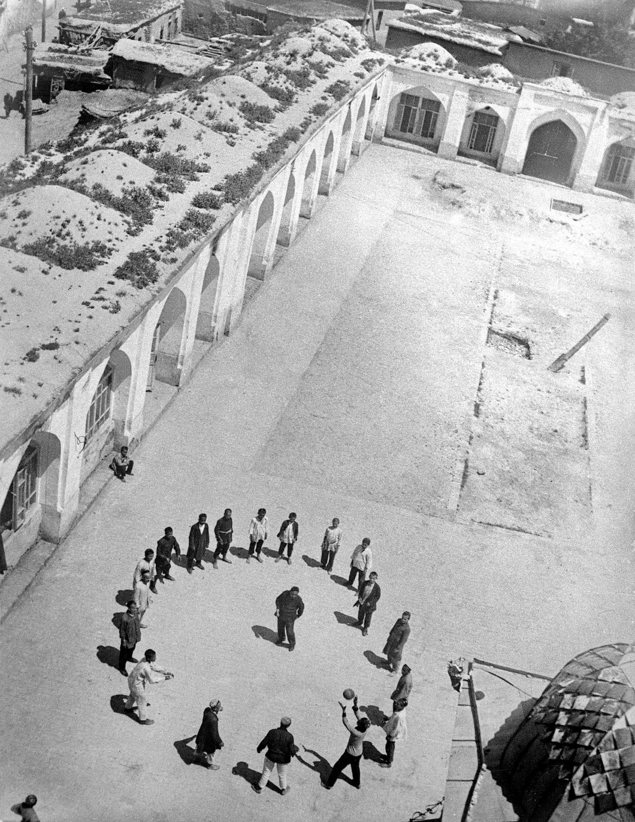 1930. Волейбол во дворе мечети