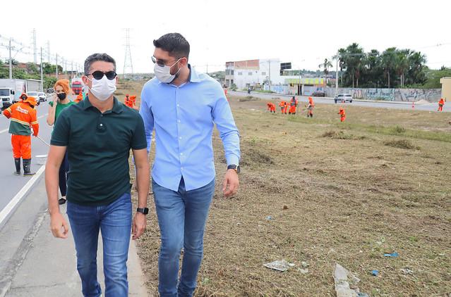 10.06.21 - David Almeida fiscaliza limpeza da avenida das Torres e Flores e parabeniza servidores