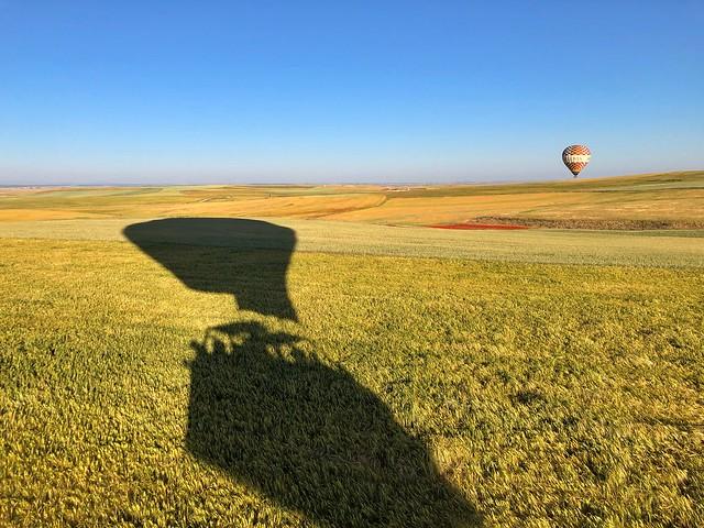 Sombra del globo aerostático con el que volamos sobre la ciudad de Segovia